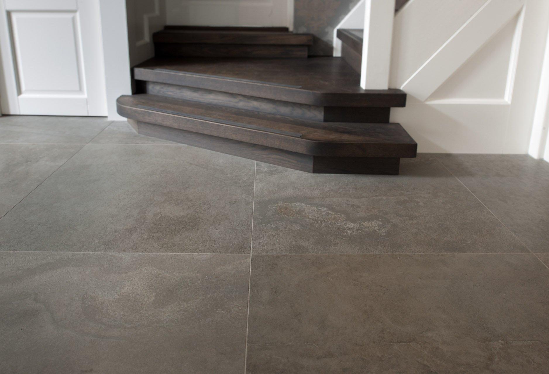 Grote tegels in hal en badkamer - KROON Vloeren in Steen
