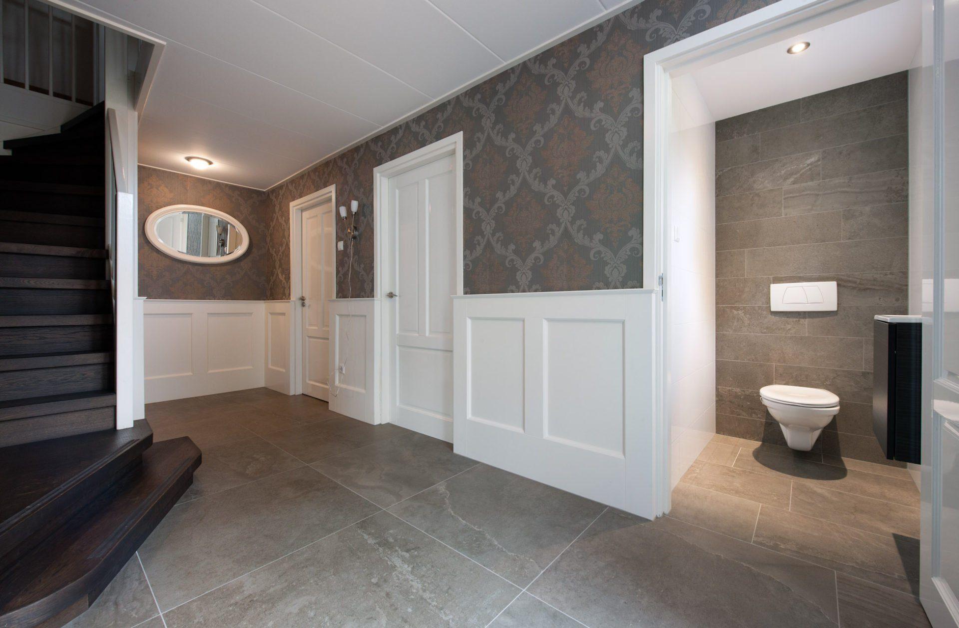 Grote tegels in hal en badkamer kroon vloeren in steen - Tegelvloer badkamer ...