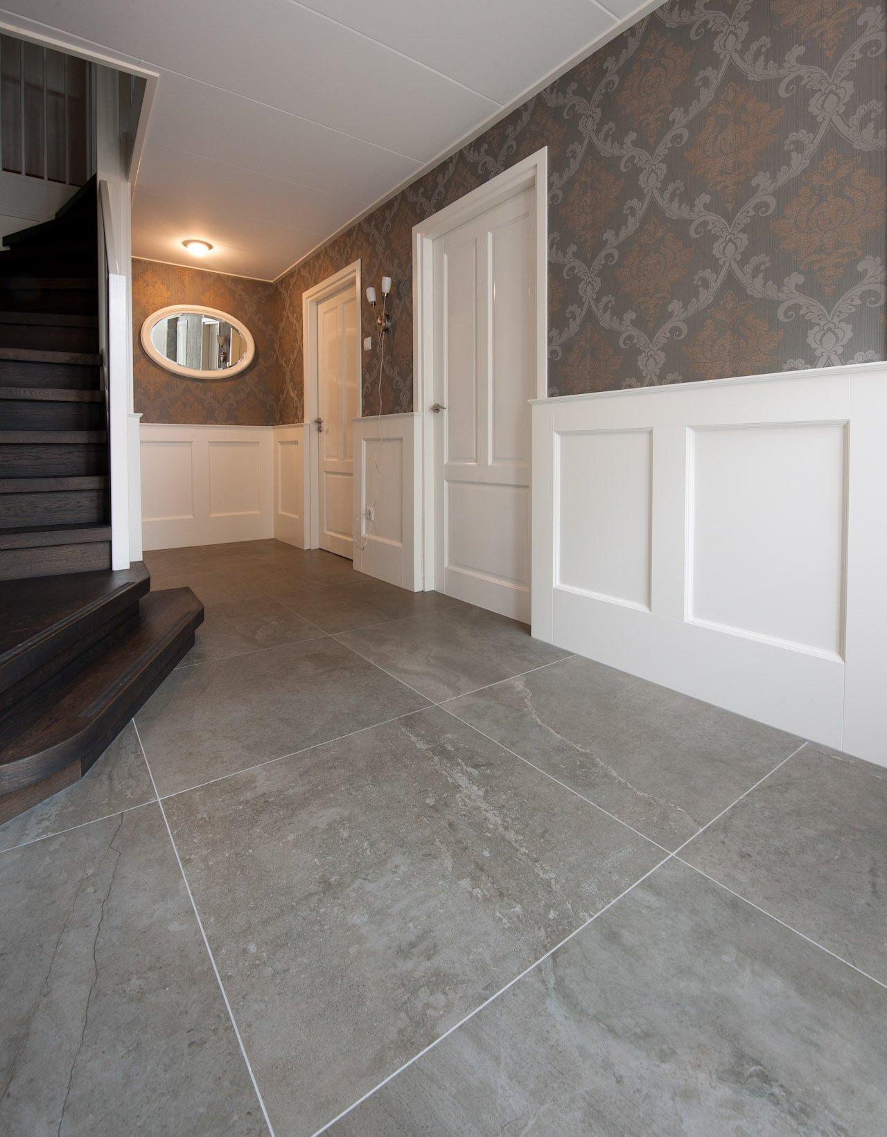 Grote tegels in hal en badkamer kroon vloeren in steen - Deco hal originele badkamer ...