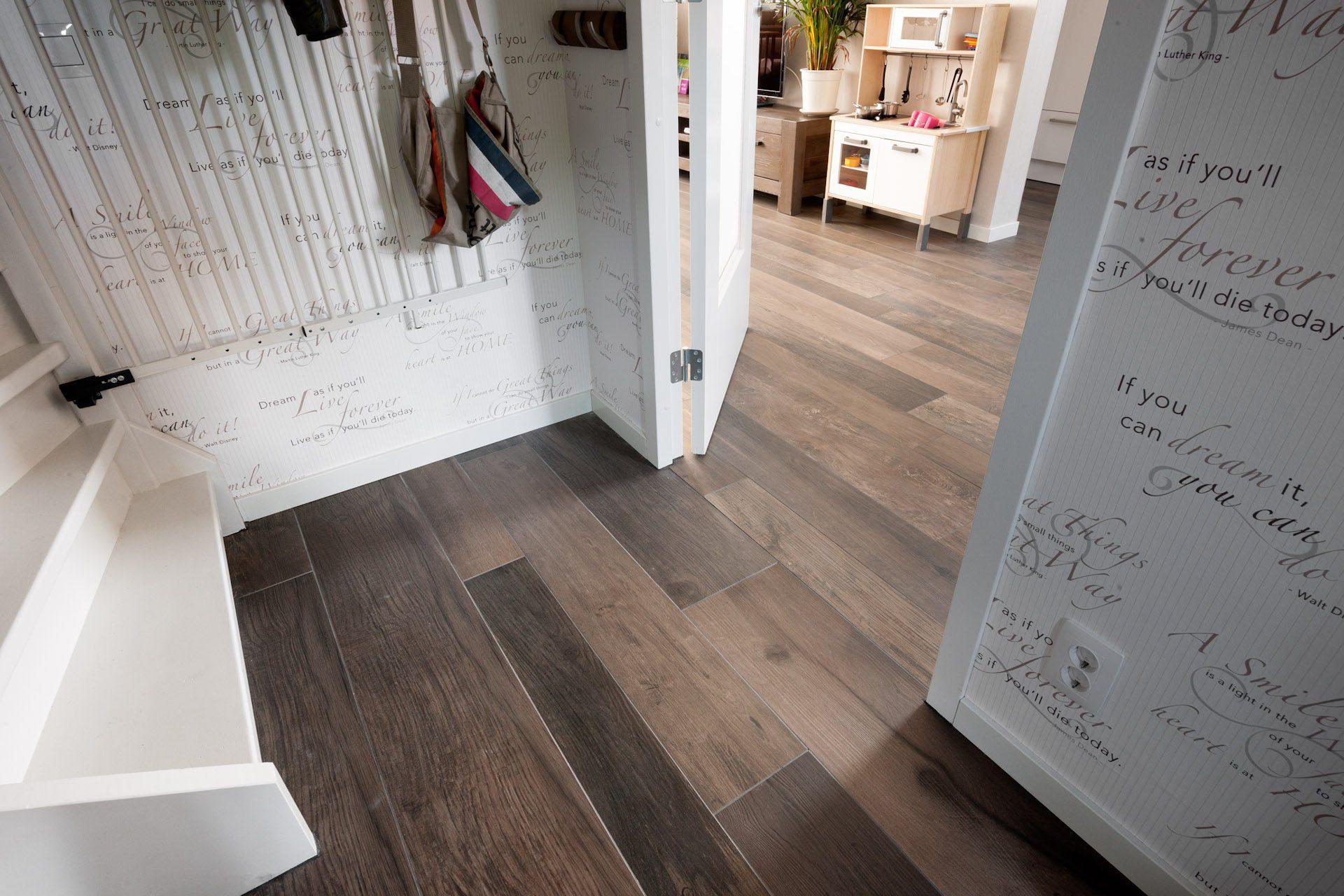 Houtlook tegels kroon vloeren in steen - Badkamer in lengte ...