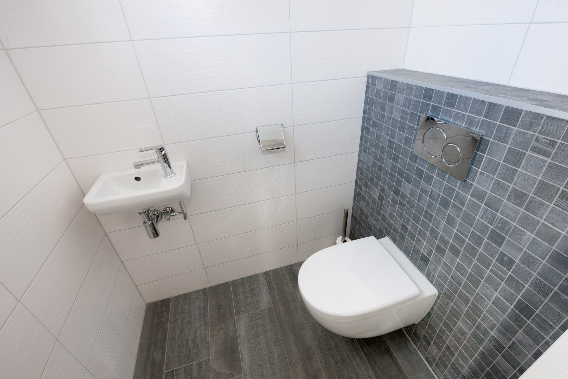 Houtlook tegels in woonkamer en moza ek in toilet kroon - Toilet tegel ...