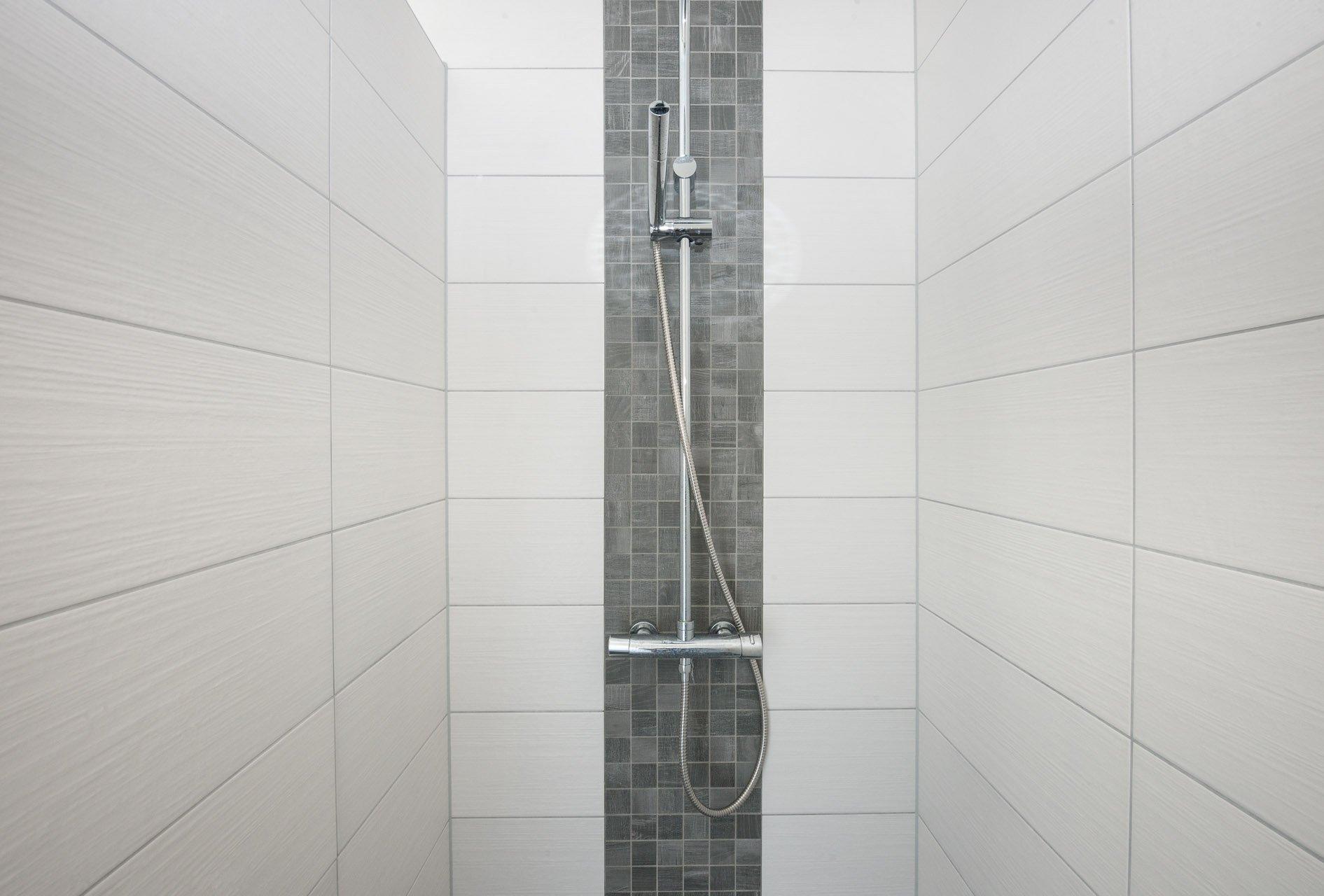 Houtlook tegels in woonkamer en moza ek in toilet kroon - Kleine kamer d water met toilet ...