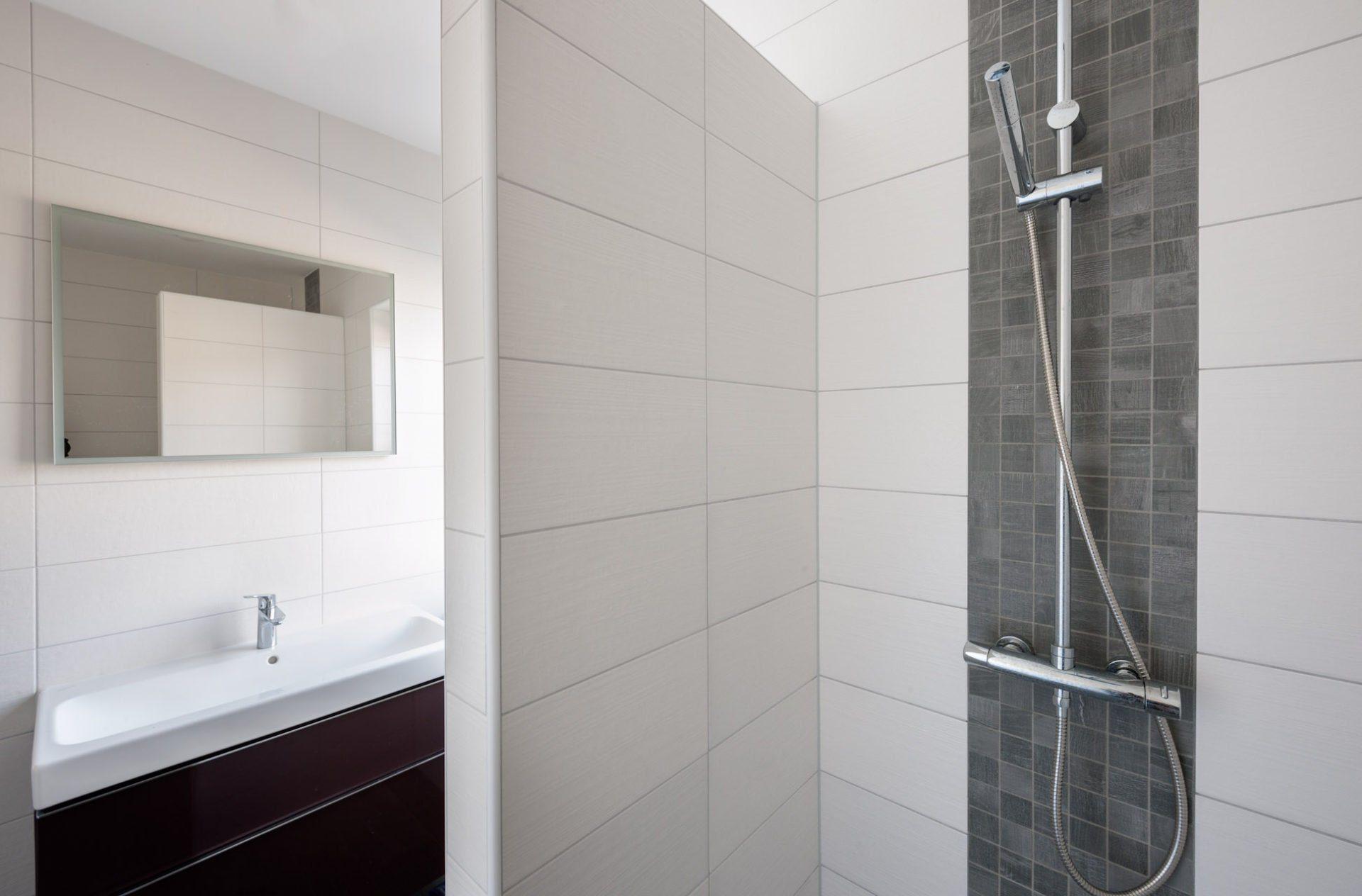 Houtlook tegels in woonkamer en mozaïek in toilet - KROON