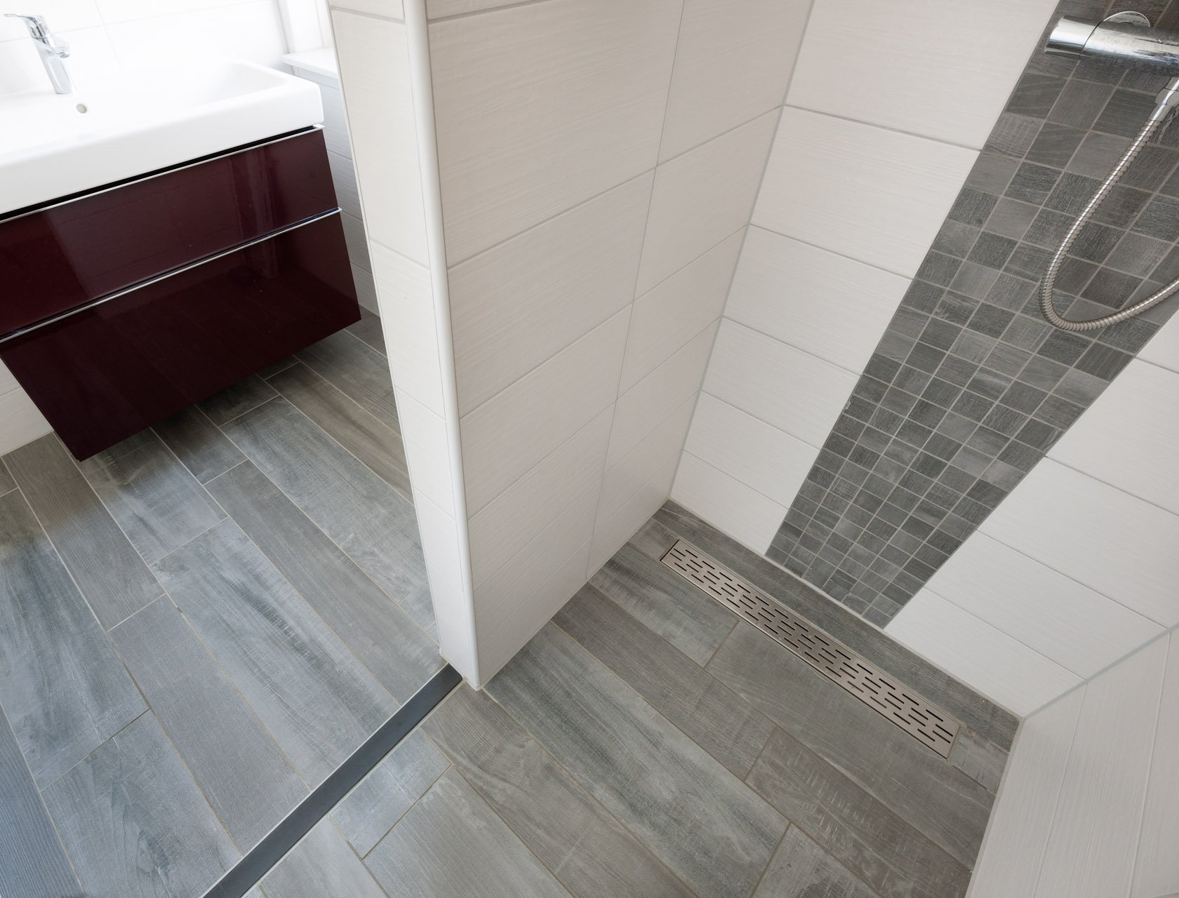 Badkamertegels Natuursteen Mozaiek : Houtlook tegels in woonkamer en ...