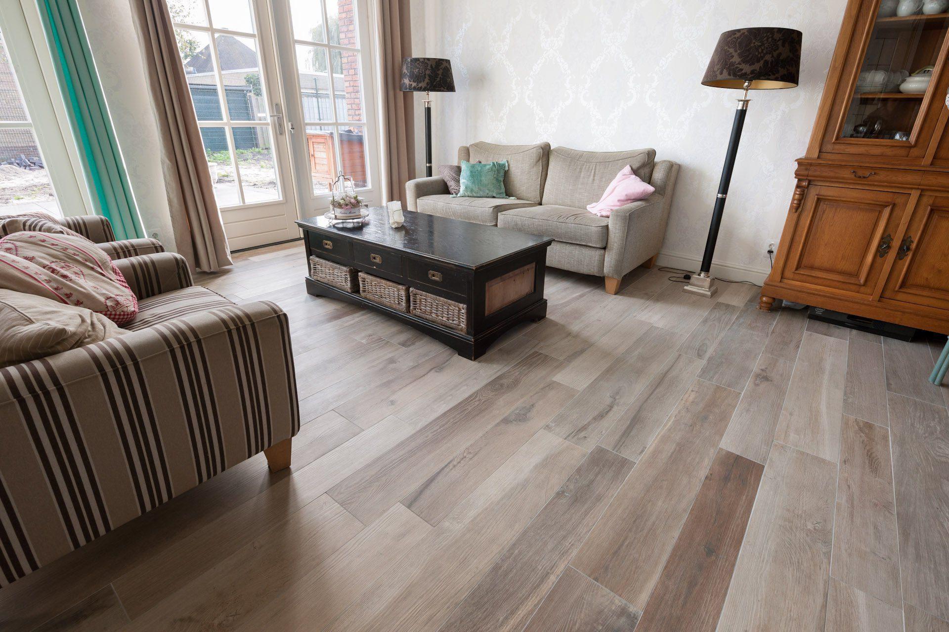 Houtlook vloer in woonkamer donkere patroontegels in keuken Woonkamer tegels