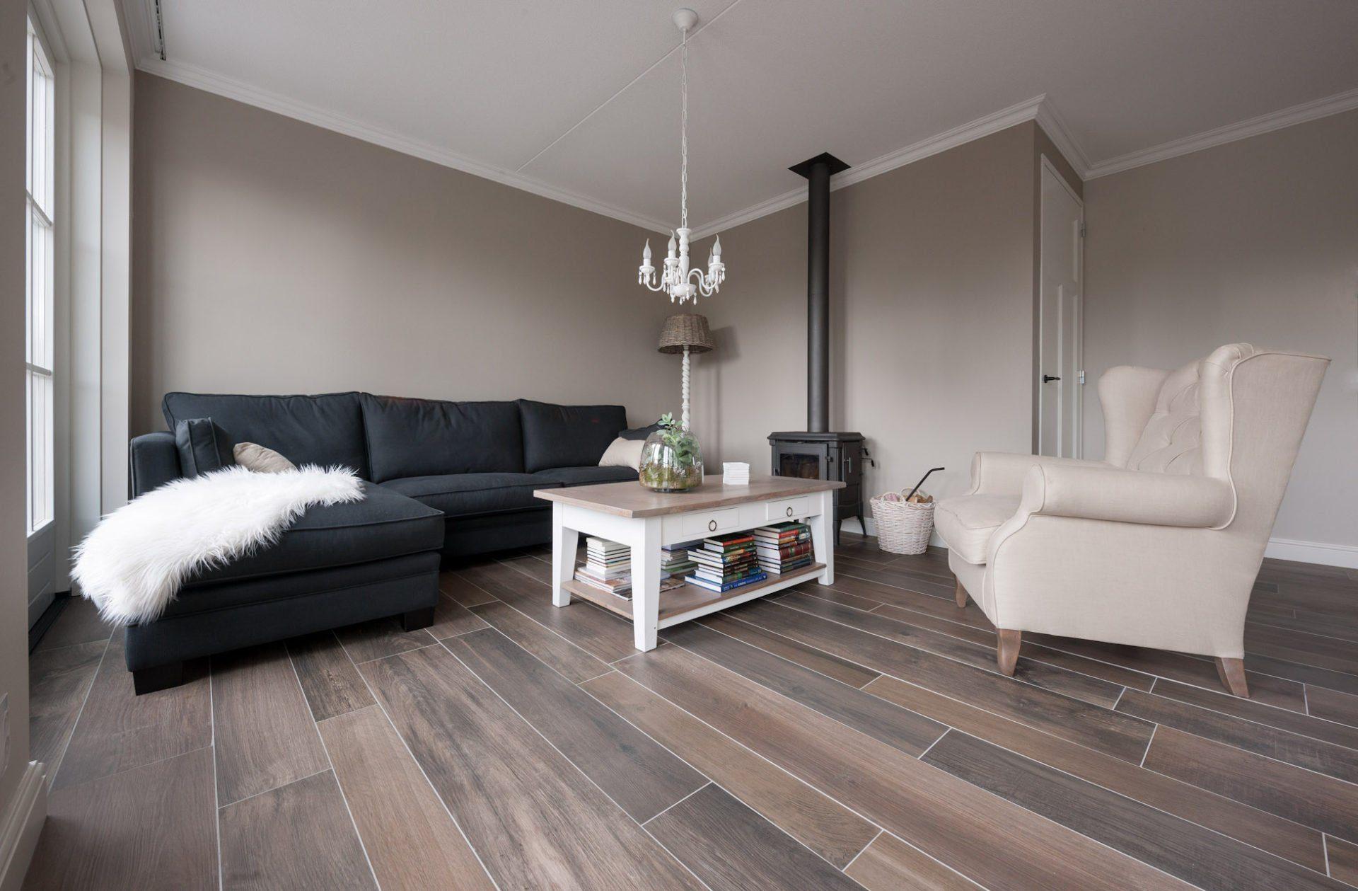 Houtlook tegels in woonkamer zwart wit geblokte vloer in hal - Woonkamer in zwart ...