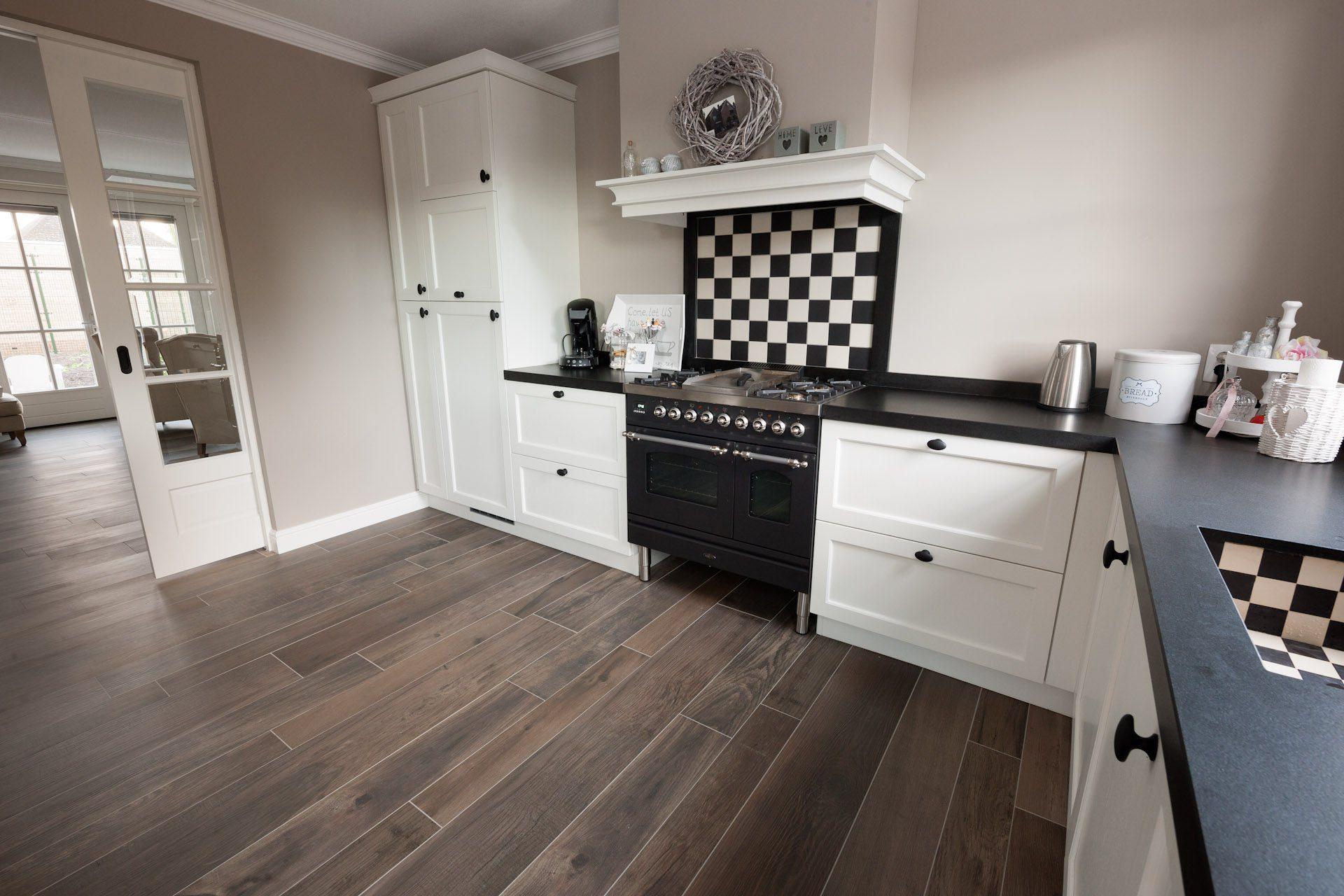 Houtlook tegels in woonkamer zwart wit geblokte vloer in hal - Keuken wit en blauw ...