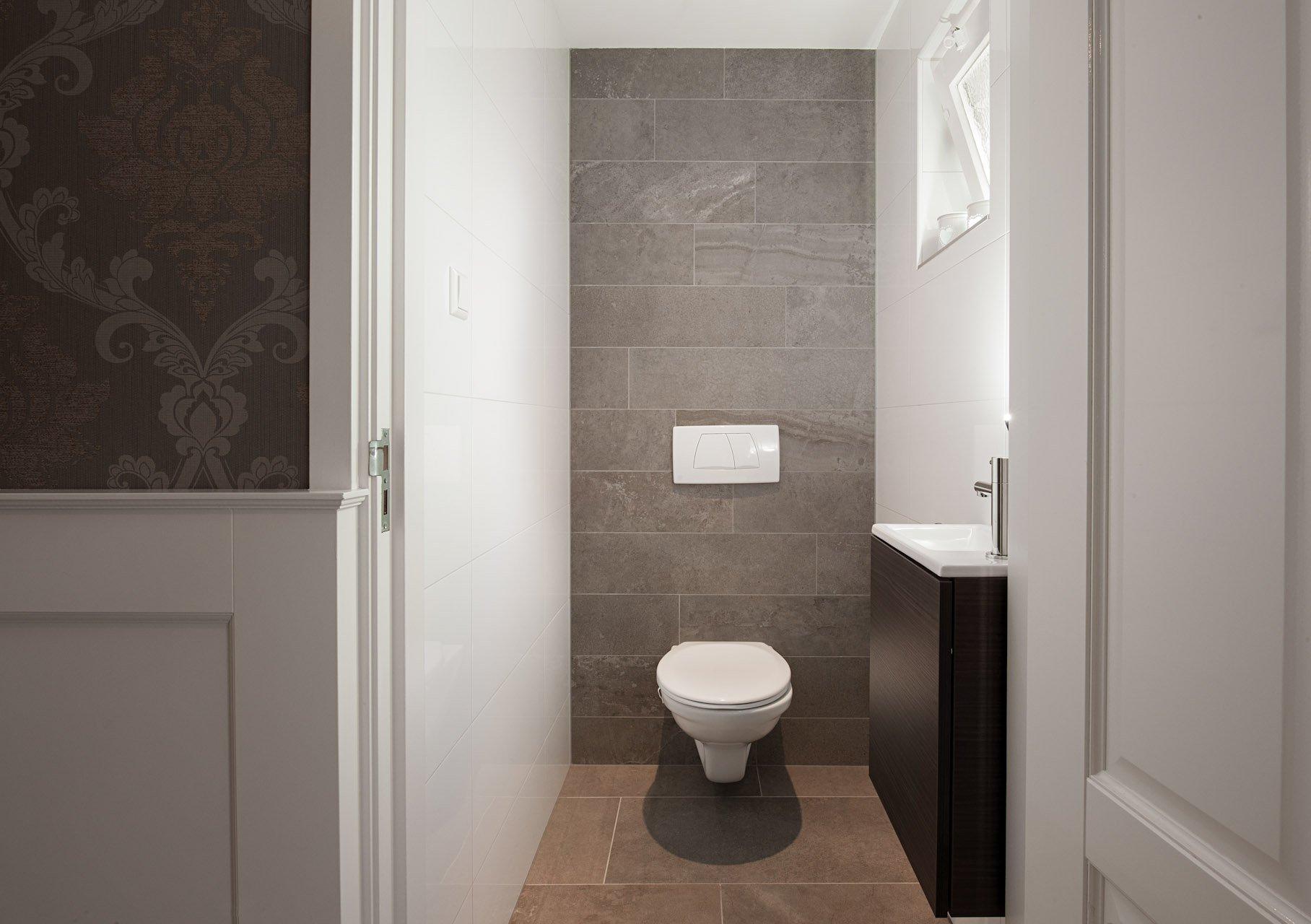 Groot formaat vloertegels in hal en badkamer - KROON Vloeren in Steen