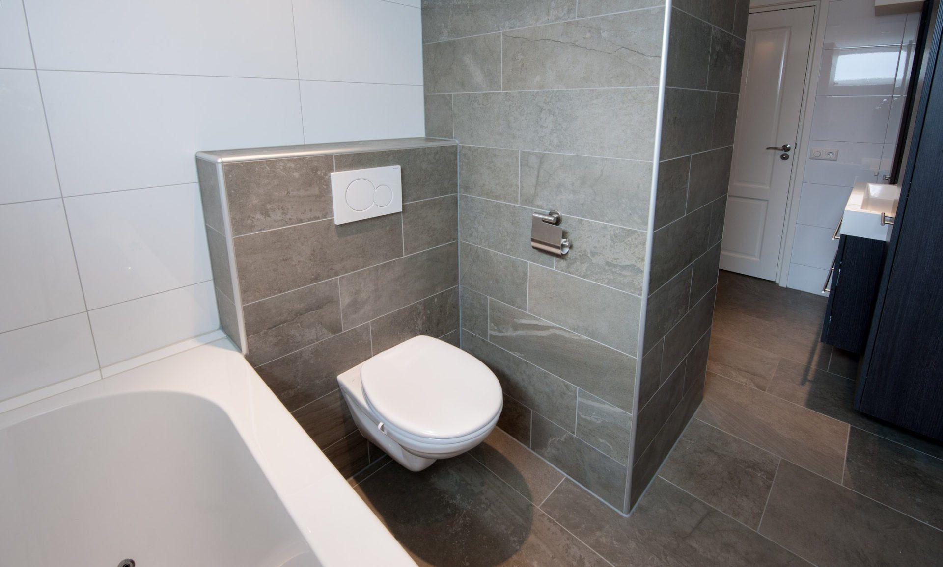 Badkamer Showroom Leerdam : Groot formaat vloertegels in hal en badkamer kroon vloeren in steen