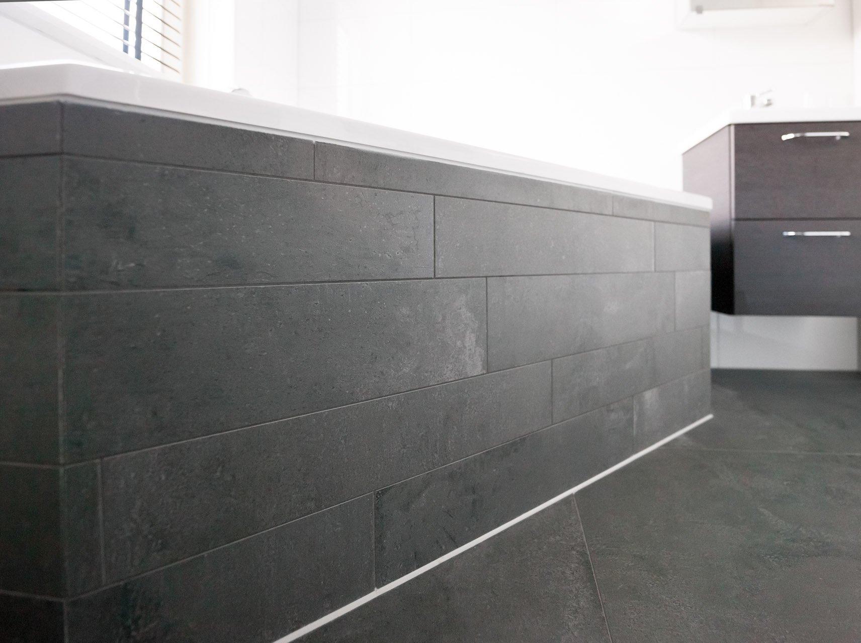 Wandtegels Badkamer Antraciet : Antraciet vloertegels in woonkamer en badkamer