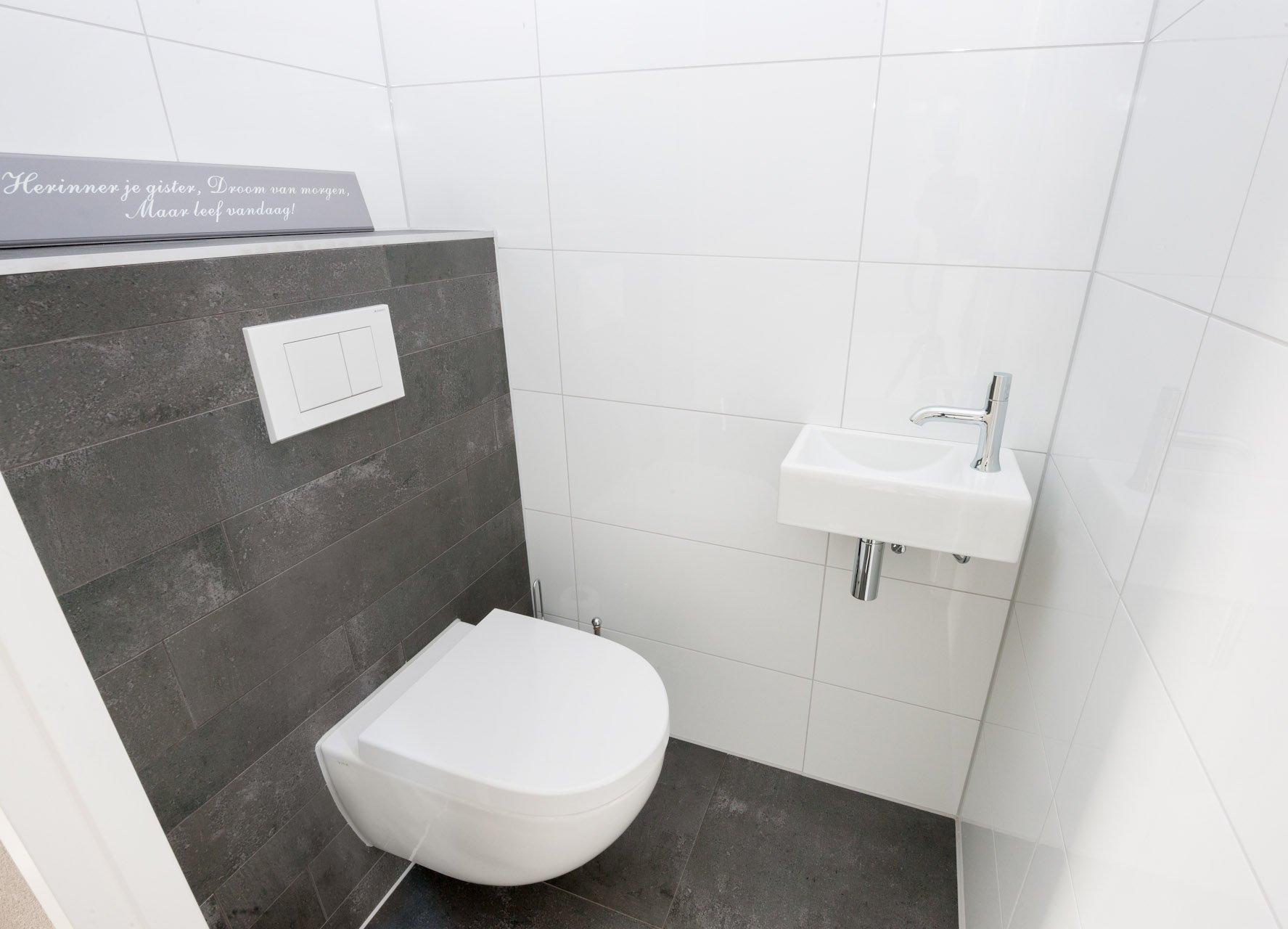 Antraciet vloertegels in woonkamer en badkamer - Tegels voor wc ...