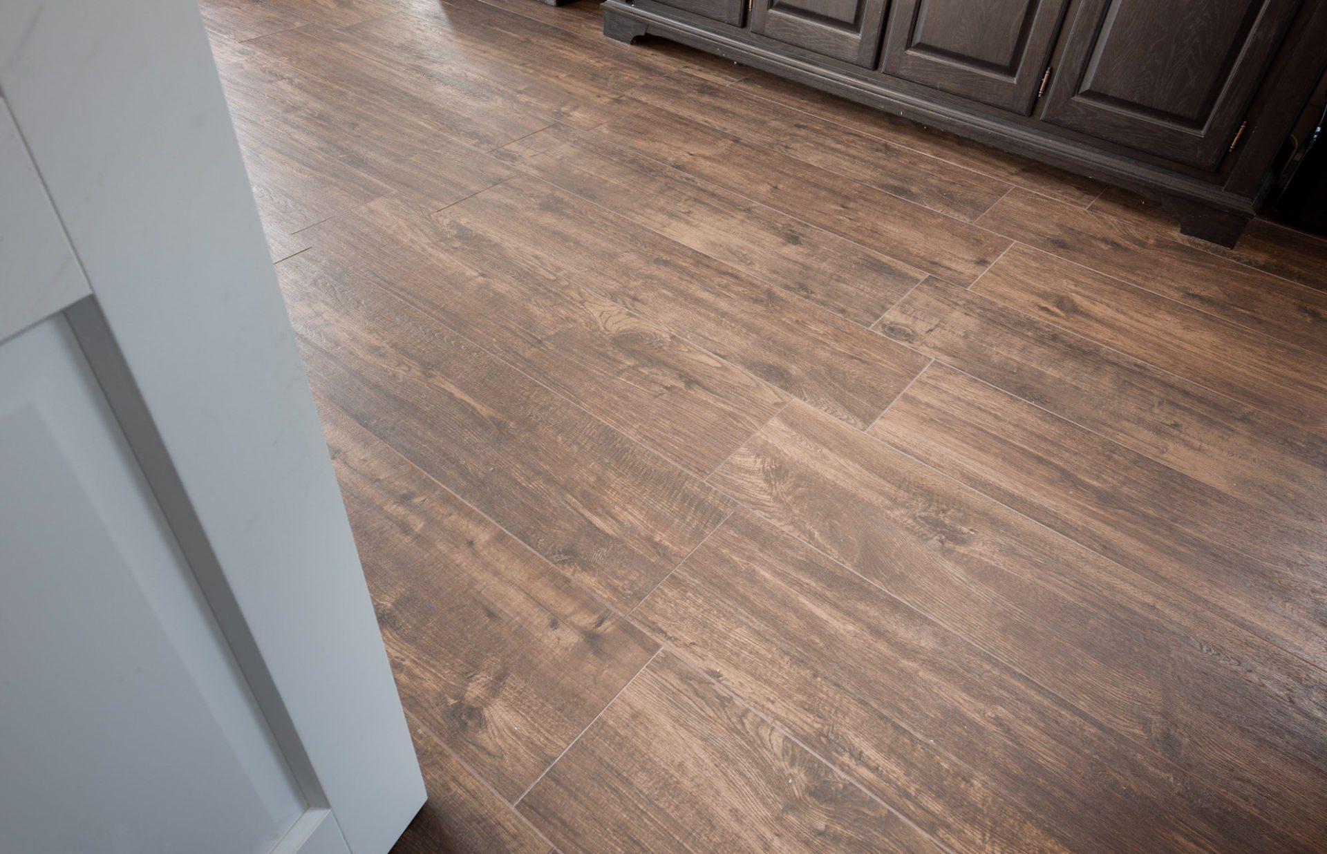 Houten Vloer Tegels : Tegelvloer houtlook kroon vloeren in steen