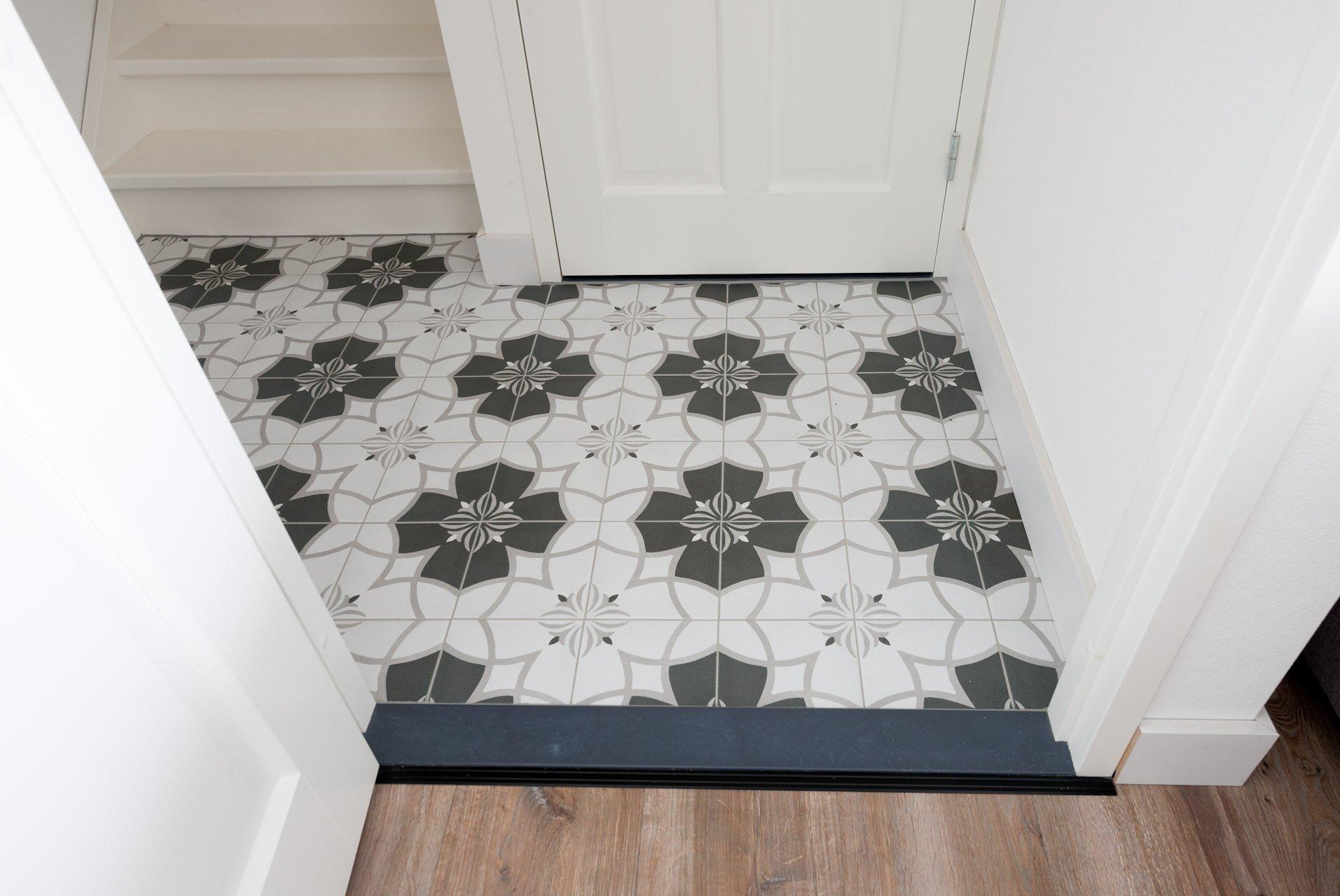 Granieten Vloer Badkamer : Patroontegels in hal en tegelstroken in badkamer kroon vloeren in