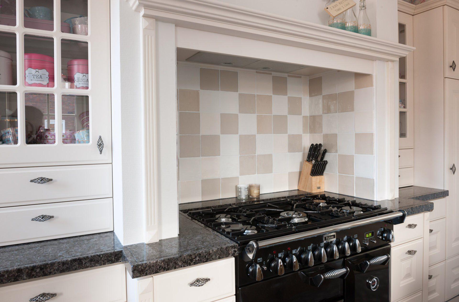 Patroontegels In Keuken : Houtlook vloer in woonkamer donkere patroontegels in keuken
