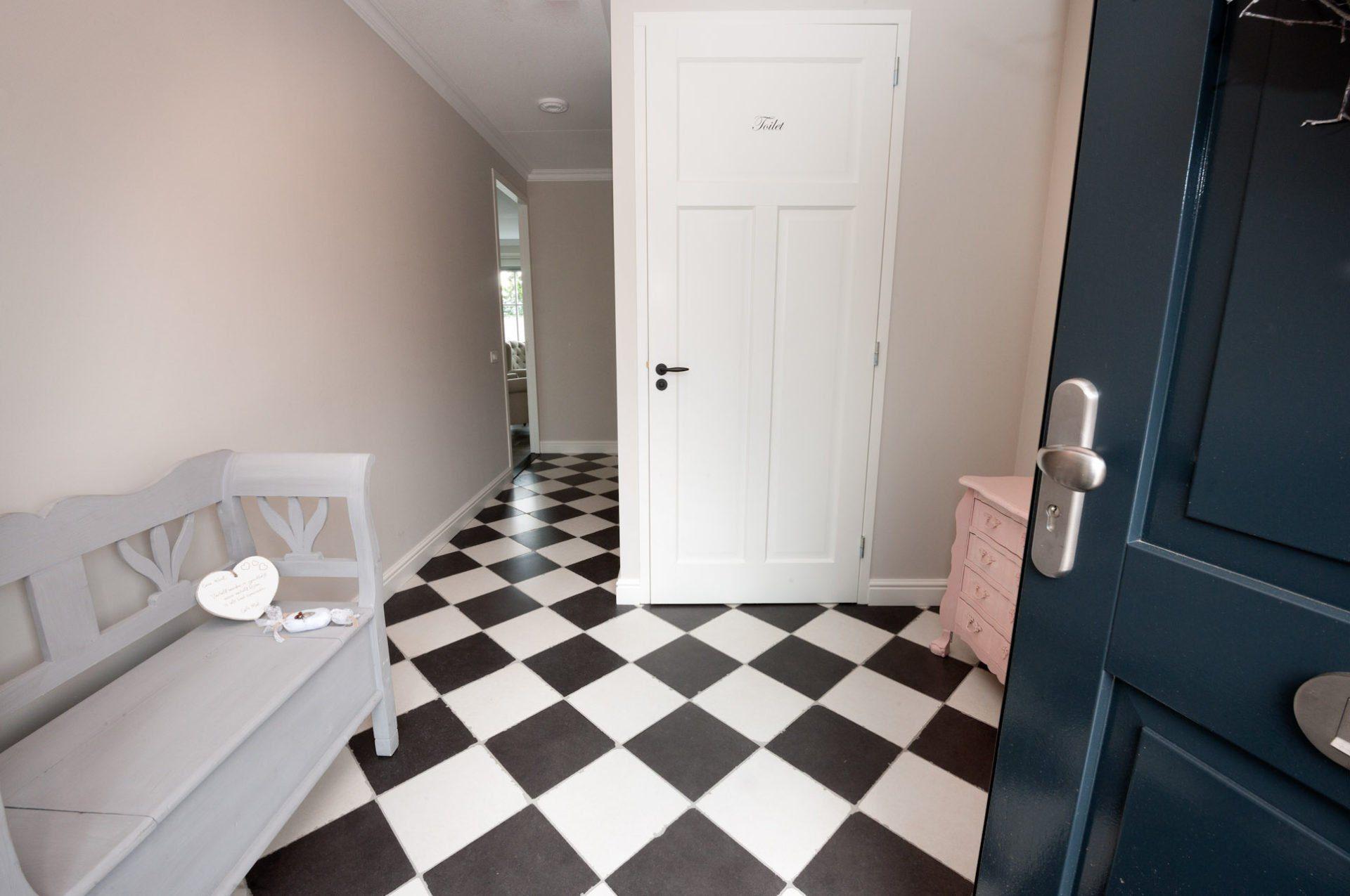 Extreem Houtlook tegels in woonkamer, zwart/wit geblokte vloer in hal &QP91
