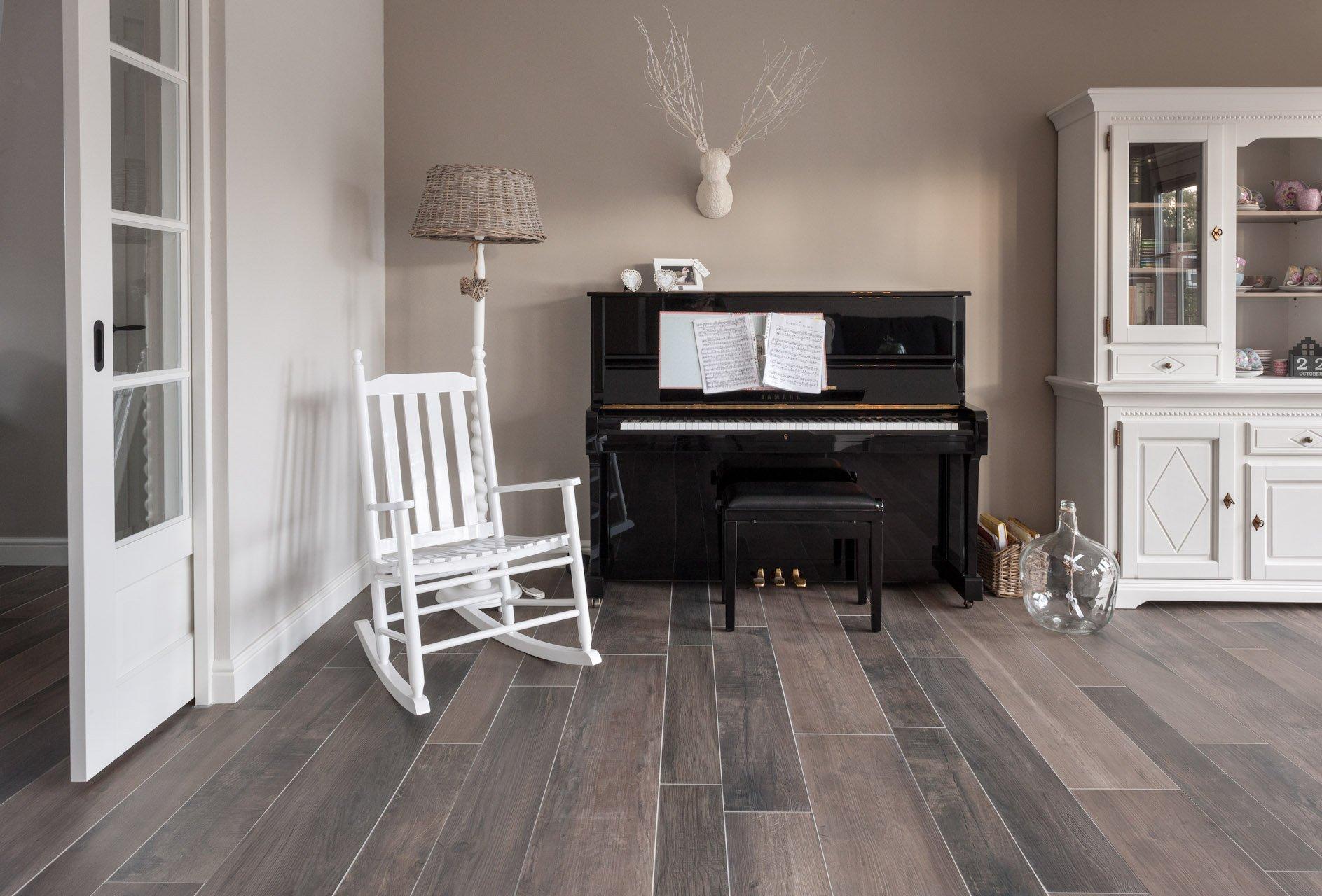 Houtlook tegels in woonkamer zwart wit geblokte vloer in hal Woonkamer tegels