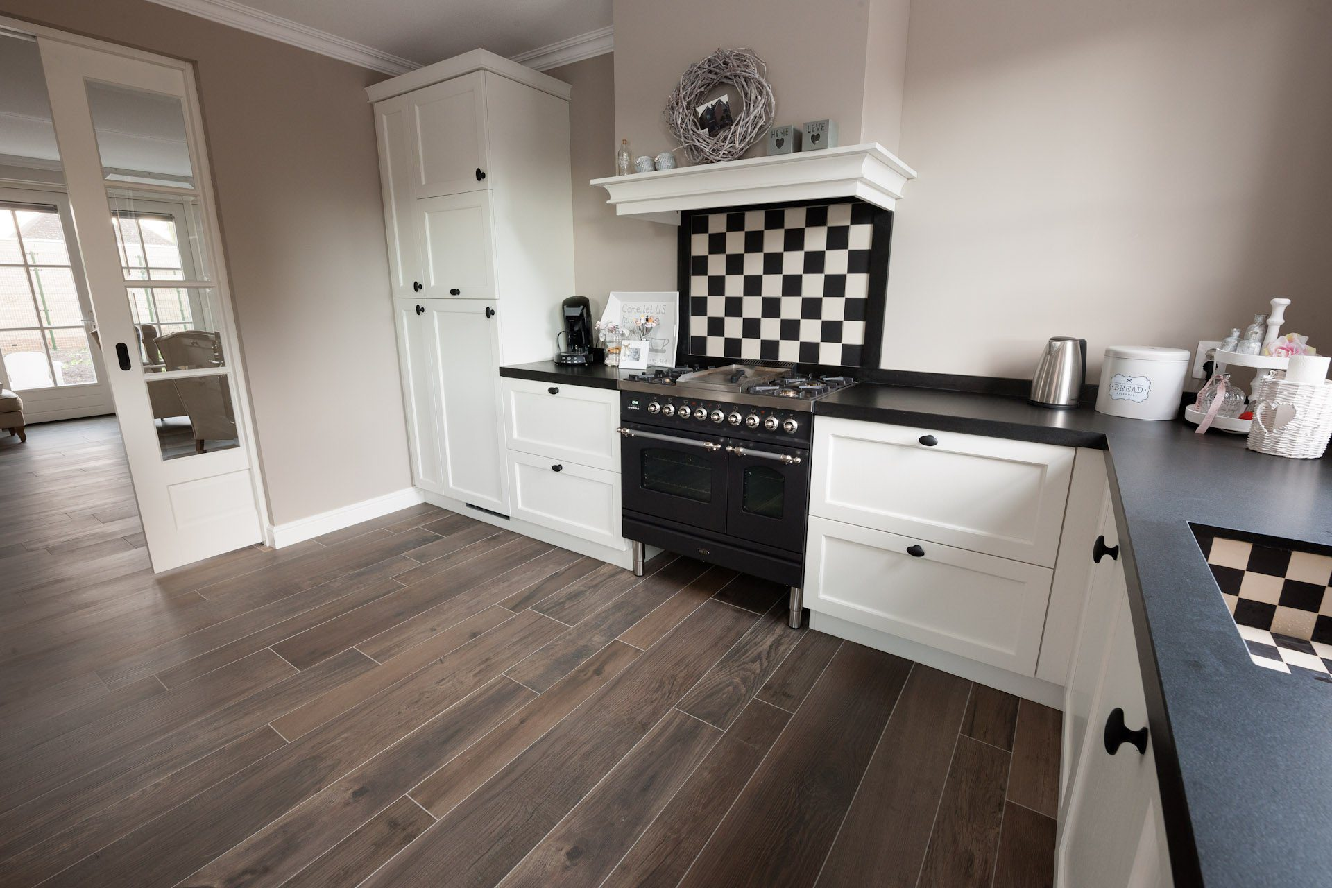 Houtlook tegels in woonkamer zwart wit geblokte vloer in hal - Kiezen tegelvloer ...