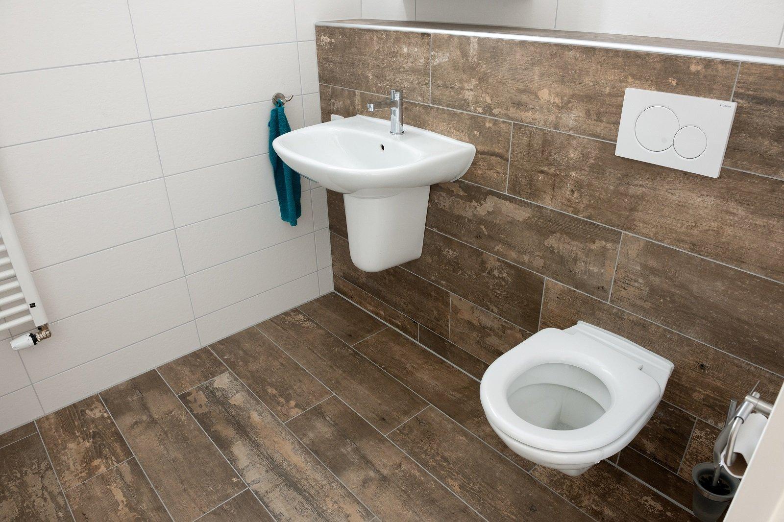 Creëer een natuurlijke badkamer met houtlook tegels en planten